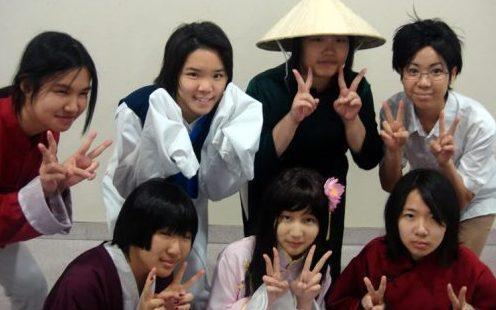 Hvorfor viser japanerne to fingre, når de tager billeder?